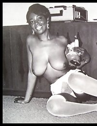 Ebony chick masturbates before the mirror in retro pics