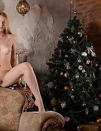 Although Gifts Are Not Late Yet, This Slim Beauty Is Very Impatient. Showing Her Personal Gifts She
