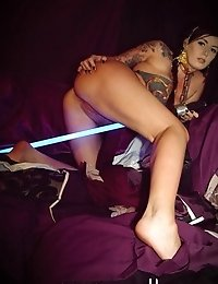 Star Wars babe Leia pleasing her own wet pussy